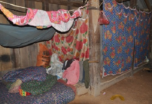 Căn nhà tạm bợ của 4 bố con em Triệu Thị Huyền không đủ chắn cái lạnh mùa đông