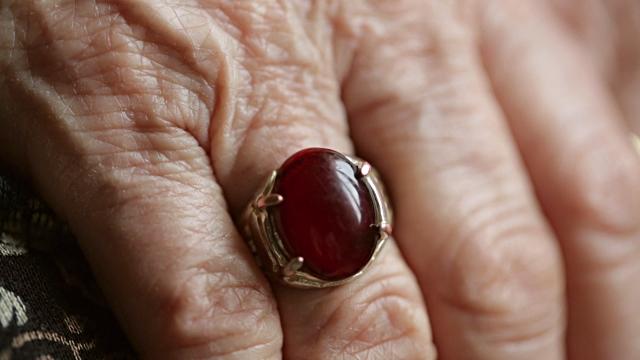 Chàng trai và chiếc nhẫn của nhà thông thái: đừng bao giờ mất niềm tin vào giá trị bản thân