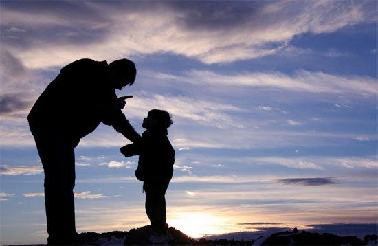 """Trưởng thành thực sự không phải là khi bạn chứng tỏ mình  trở thành """"ông nọ, bà kia""""- Mà là lúc bạn dám đứng trước mặt dũng cảm và nói """"Con yêu cha""""."""