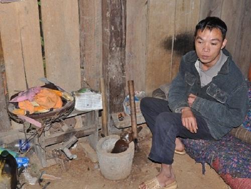 Bố của Huyền bị tai biến không còn sức lao động, tất cả gánh nặng đổ lên vai cô bé 15 tuổi