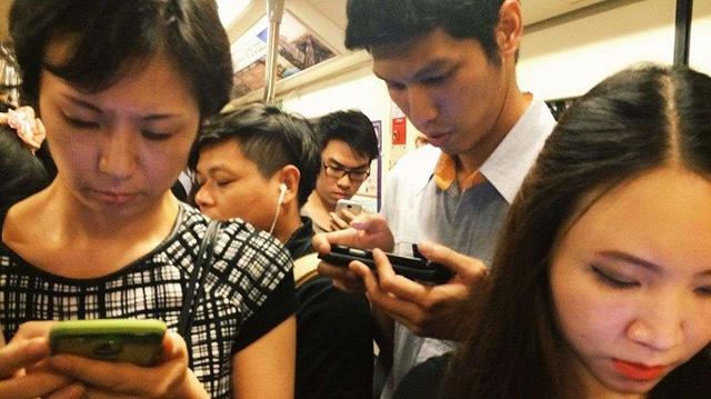 Đặt smartphone xuống đi! hãy cảm nhận cuộc sống tự nhiên và đơn giản