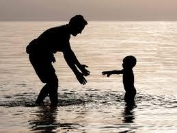 """Con trai à, nếu trưởng thành khiến tình cảm của Cha và Con có những khoảng cách thì Mẹ mong con hãy hiểu """" Bố của con chỉ giỏi kiếm tiền chứ không giỏi để bày tỏ sự yêu thương"""""""