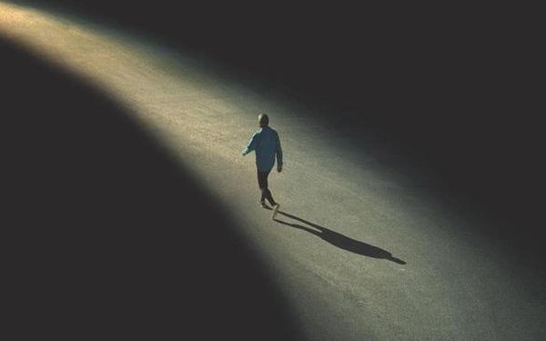 Chấp nhận cô đơn để trưởng thành hay sống trong vui vẻ mãi chẳng thể lớn ?
